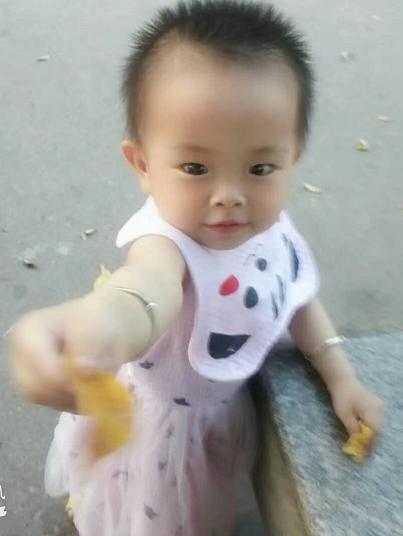寻找广东1岁小女孩范梦亭失踪身穿粉红色连衣裙,凉鞋。